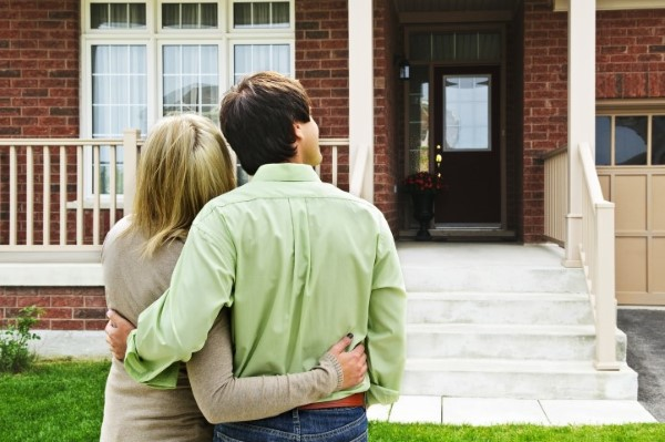home buyers looking at foreclosures